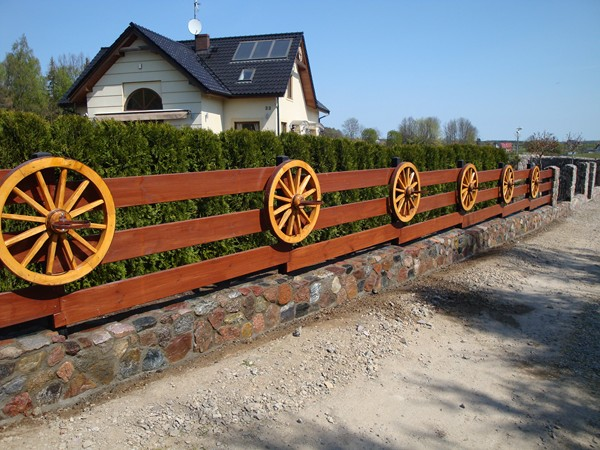 Ogrodzenia wykonujemy z naturalnych i ekologicznych materiałów: kamień, cegła, drewno itd.
